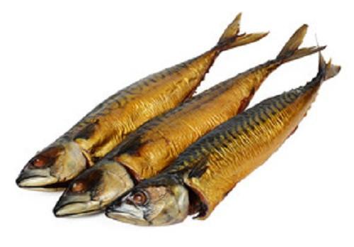 Heißgeräucherte Makrele mit Kopf